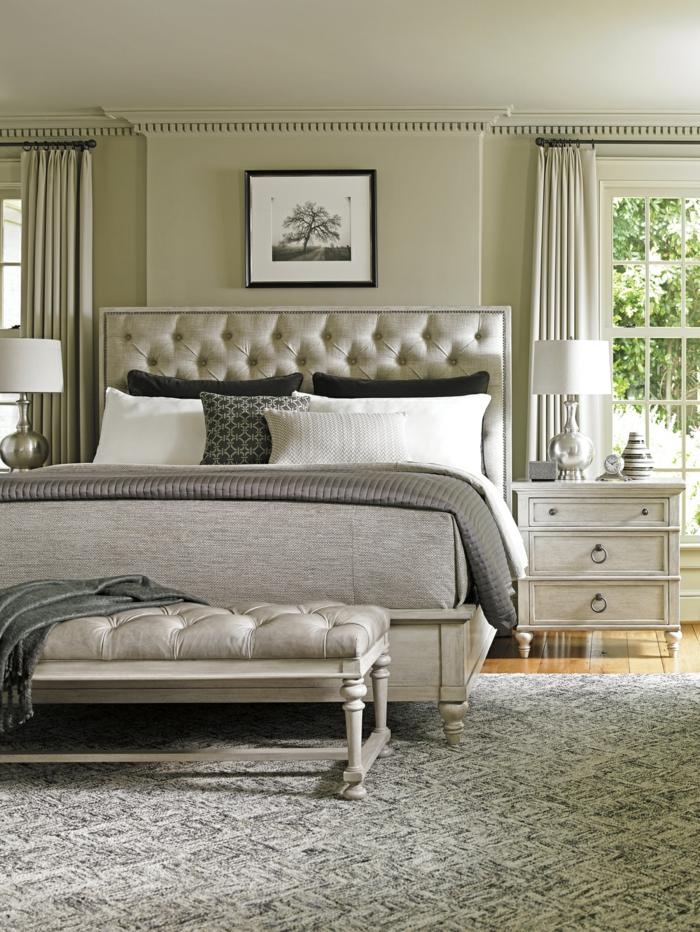 chambre adulte moderne, lit gris, banquette capitonnée, chevet blanc avec tiroirs