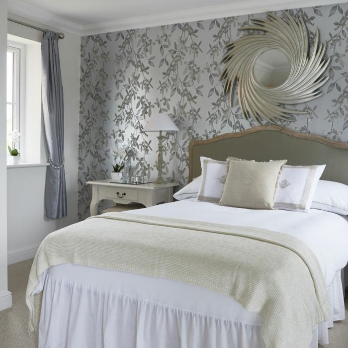 papier peint couleur gris perlé, miroir décoratif soleil, chevet baroque blanc, parure de lit blanche vintage