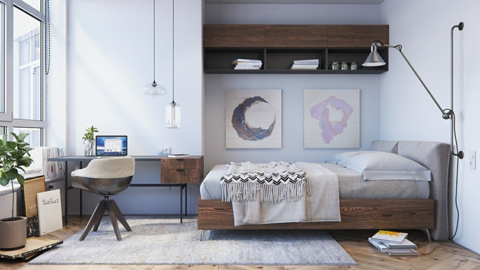 chambre à coucher en bois et blanc, tapis gris sur un sol en bois, lampes pendantes, rangement mural en bois foncé