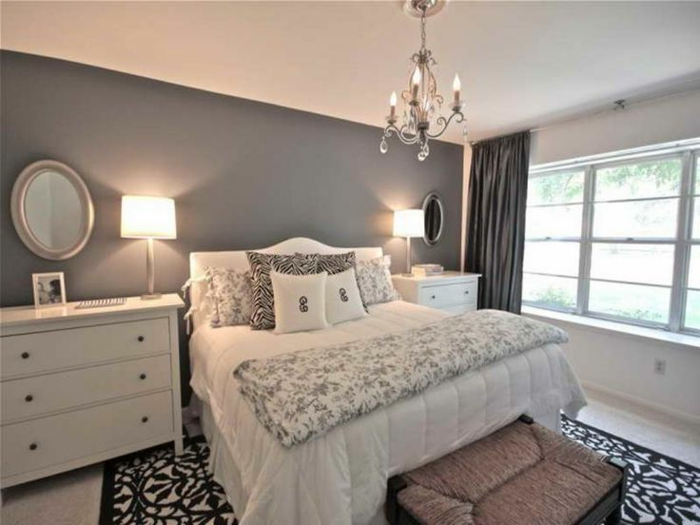 chambre à coucher féminine, tapis floral en noir et blanc, plafonnier baroque, peinture grise