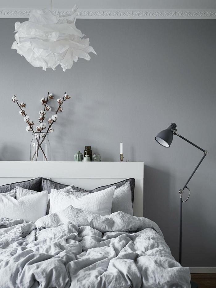 plafonnier en papier, peinture murale grise, tête de lit blanche, lampe de sol avec bras pliable