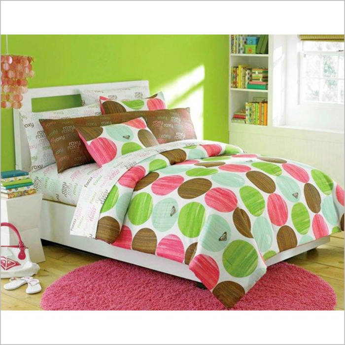 comment décorer sa chambre, ikea chambre fille, lit avec couverture en vert pomme et rose, luminaire pampilles couleur corail avec des coquillages, murs peints en vert pomme