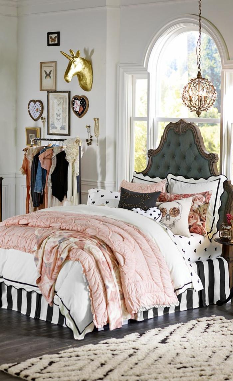 déco chambre ado fille, comment décorer sa chambre, mur décoré de multiples objets tableaux, penderie ouverte, tete de lit matelassée en couleur verte baroque, tapis blanc et noir avec des losanges en peluche, chambre fille ado