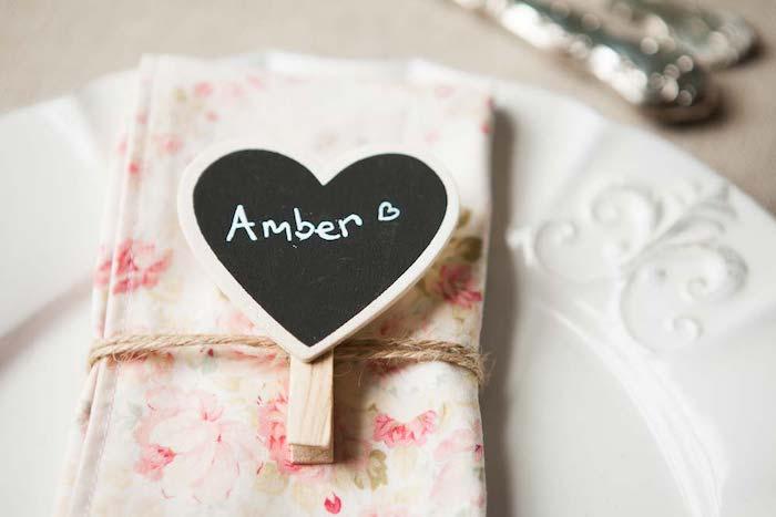 deco mariage a faire soi meme, marque place en pince à linge de bois décorée d un coeur peinture tableau noir et nom invité noté dessus, serviette fleurie