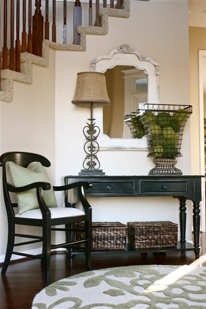 créer sa deco entree chic avec un petit bureau noir, une chaise, un tapis rond et miroir baroque