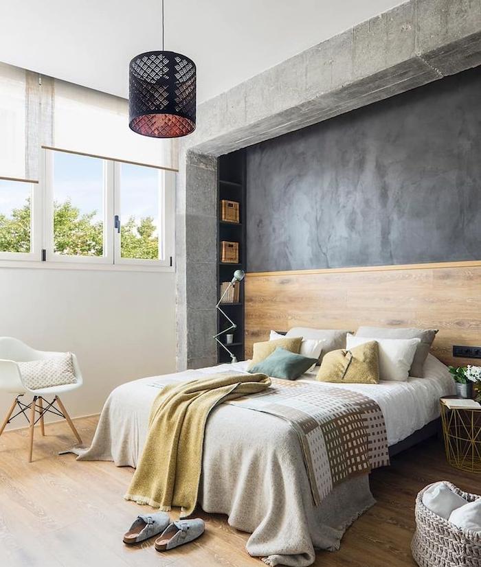 mur d accent décoré en gris anthracite, tete de lit bois, linge de lit gris, jaune et blanc, parquet clair, chaise blanche, suspension noire indus
