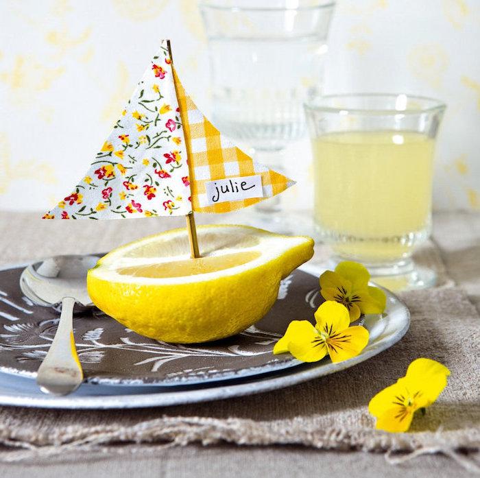 idée originale de porte nom de table en moitié de citron transformé en bateau voilier avec voiles en papier