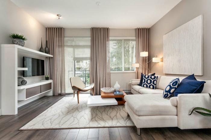 quelle deco moderne salon créer pour une habitation tendance, tapis blanc sur un plancher en bois, canapé blanc, coussins déco, meuble tv blanc