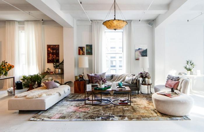 tapis multicolore et jolie table basse comme une deco moderne salon, aménagement minimaliste et murs blancs
