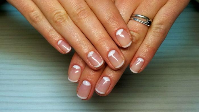 manucure mariage avec lunule blanche, bout des ongles blanc, déco ongles transparente