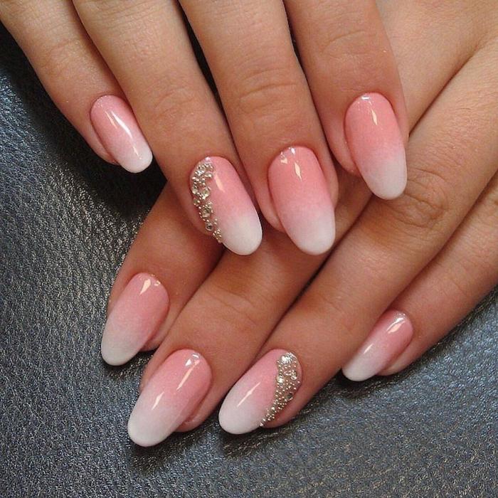 déco ongles argentée, ongles en forme d'amandes, vernis ongles rose et blanc