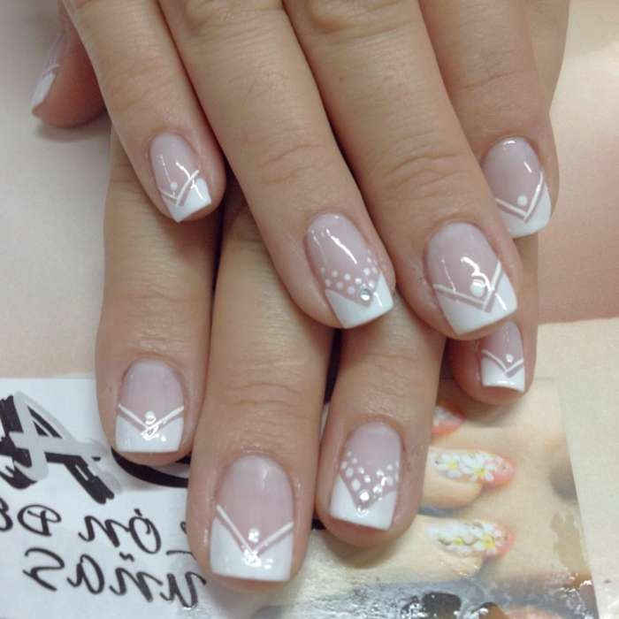 manucure géométrique pour la jeune mariée, bouts des ongles blancs, pois et bandes déssinés
