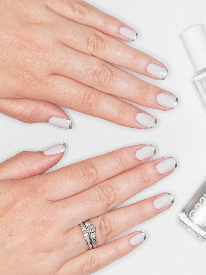 ongle french, bout des ongles couleur d'argent, manucure blanche pour ongles moyens
