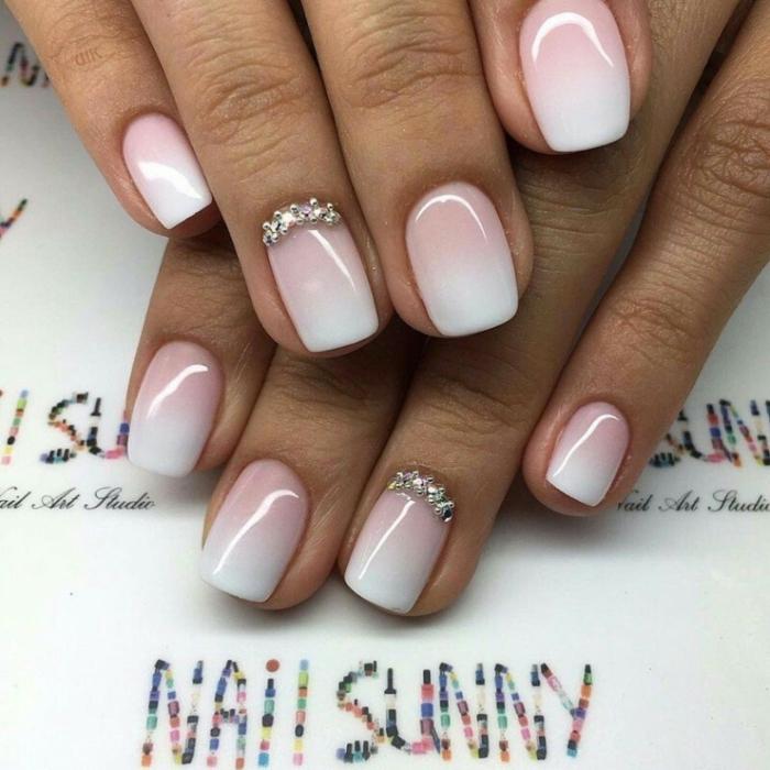 joli décoration des ongles en rose et blanc, strass dans la base de l'ongle, manucure de mariage parfaite