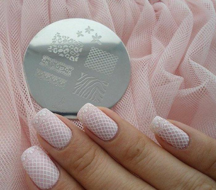 nail art dentelle pour le mariage, ongles chic, bouts avec mandalas blancs