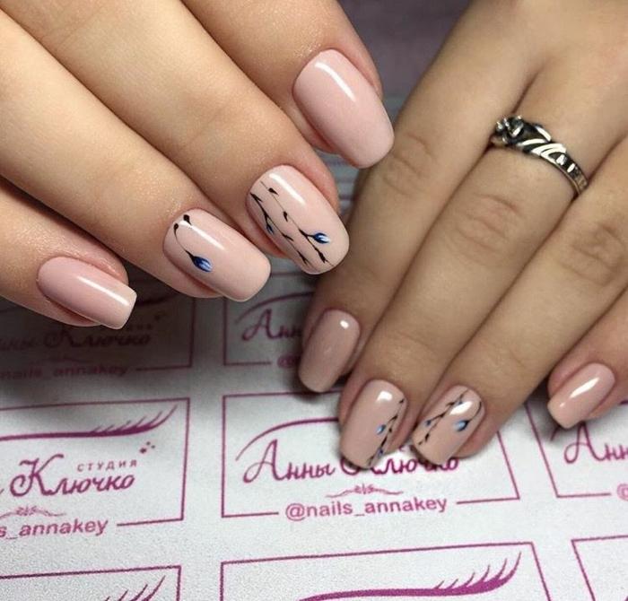 deco ongles rose opaque avec dessins floraux, bague en argent, ongles ovales