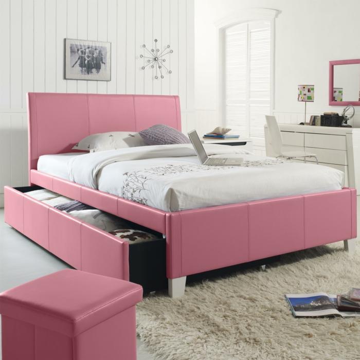 peinture chambre fille, deco de chambre fille ado, lit en cuis synthétique rose, murs revêtus de bois pvc peint en blanc, tapis fausse fourrure en couleur ivoire, miroir au cadre rose, tabouret de rangement en rose