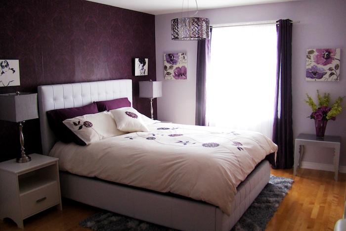 chambre de fille avec déco murale prune et violet lavande sur sol en bois