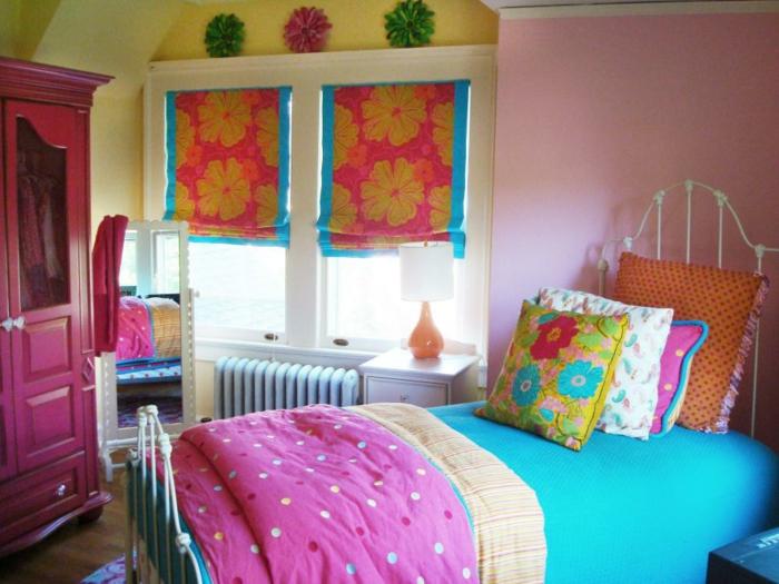 peinture chambre fille, deco de chambre fille ado, lit vintage en métal blanc, grande armoire fuchsia, motifs fleuris sur les tentes, les coussins et les murs