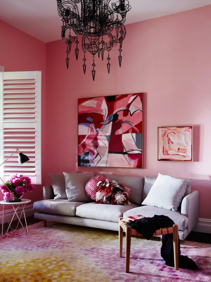 tableau peinture, plafonnier original, sofa gris, mur rose, table basse blanche, fenêtre vintage, tapis multicolore
