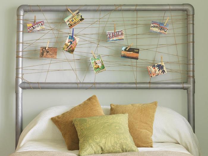 deco tete de lit cadre décoré de fils croisés avec de petites cartes colorées paysages, linge de lit blanc et coussins décoratifs beige