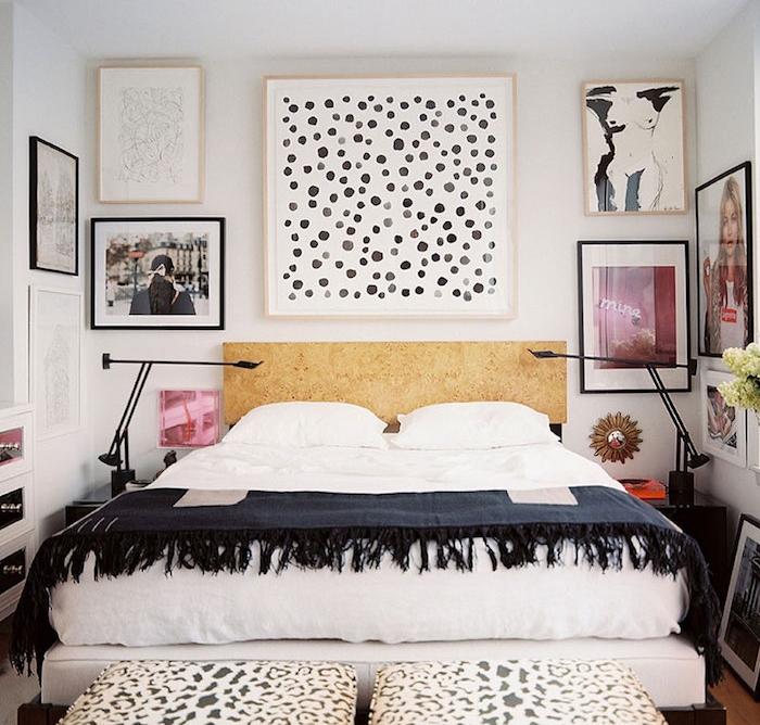 panneau bois tete de lit avec cadres photo et dessins autour, linge de lit blanc et couverture de lit bleu marine
