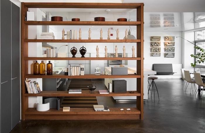 photo de modele d'etagere en bois comme separation entre cuisine et salon