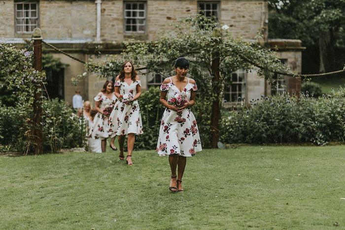 Tenue mariage femme quelle tenue choisir invitée bien habillée pour mariage chic robe blanche fleurie demoiselles d'honneur