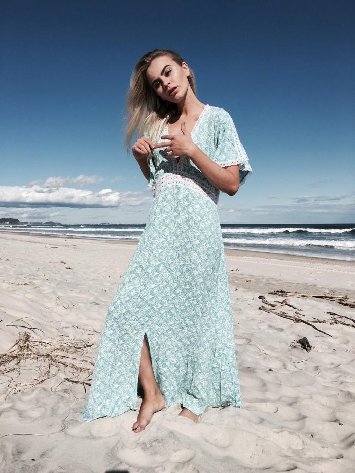 exemple de robe légère été à design loose avec décolleté en V et manches courtes en broderie blanche et ceinture