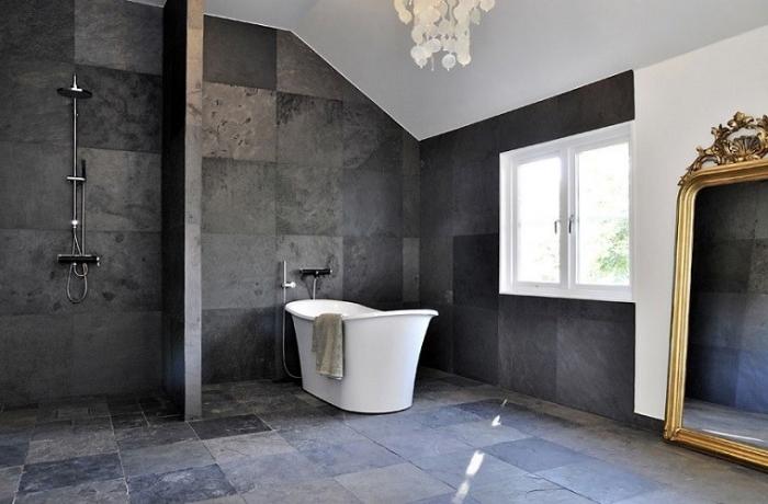 déco de salle de bain avec murs et sol foncés combinés avec un plafond blanc et un modèle de miroir doré baroque