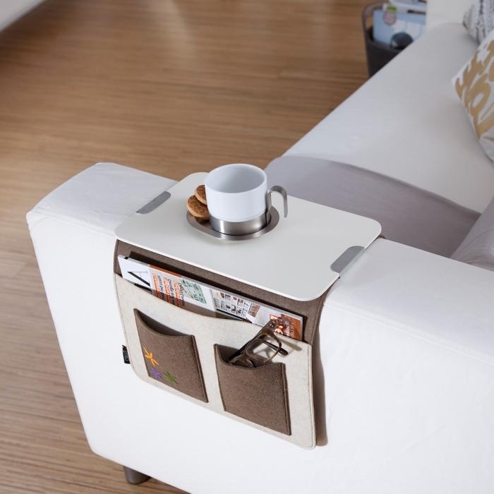 objet fonctionnel pour l'intérieur avec un support tasse de café beige et marron sur un canapé blanc et gris