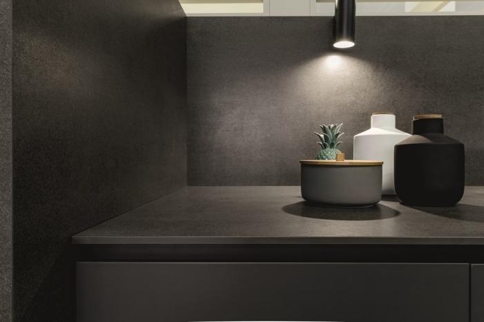 idée comment créer une ambiance relaxante dans la salle de bain aux murs et meubles foncés avec éclairage industriel