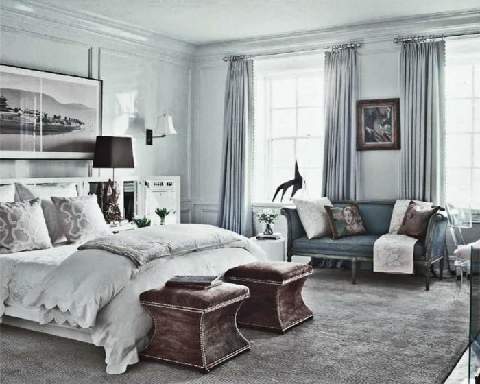 chambre à coucher esprit vintage, tapis gris, tabourets usés rétro, paysage monochrome, sofa ancien gris