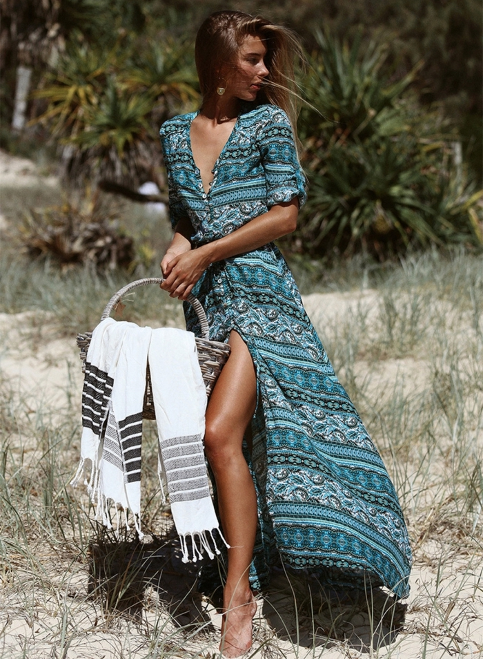 jolie look de plage avec robe longue à décolleté boutonnée en V, modèle robe légère été aux couleurs verts et bleus