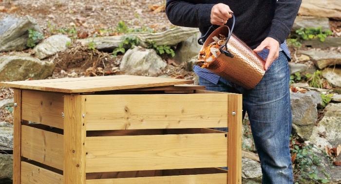 exemple comment faire son compost comme un geste éco-friendly, modèle de composteur carré de bois clair