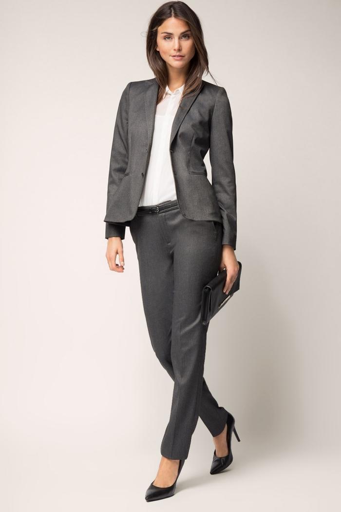 modèle de tenue entretien d embauche femme en tailleur chic de couleur gris porté avec chemise blanche