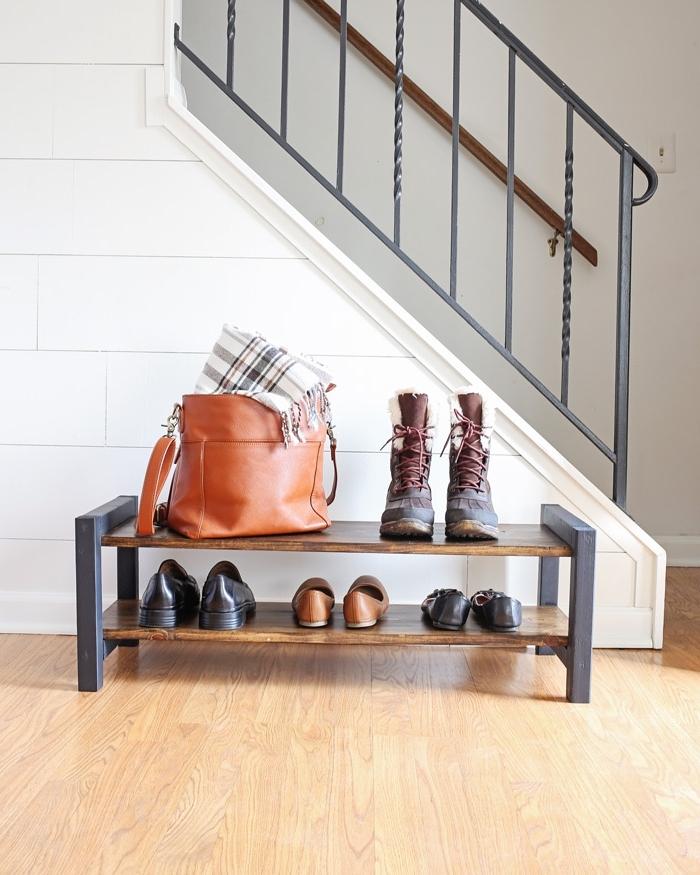 petit meuble pour chaussures en métal et bois de style industriel qui ne prend pas trop de place dans l'entrée