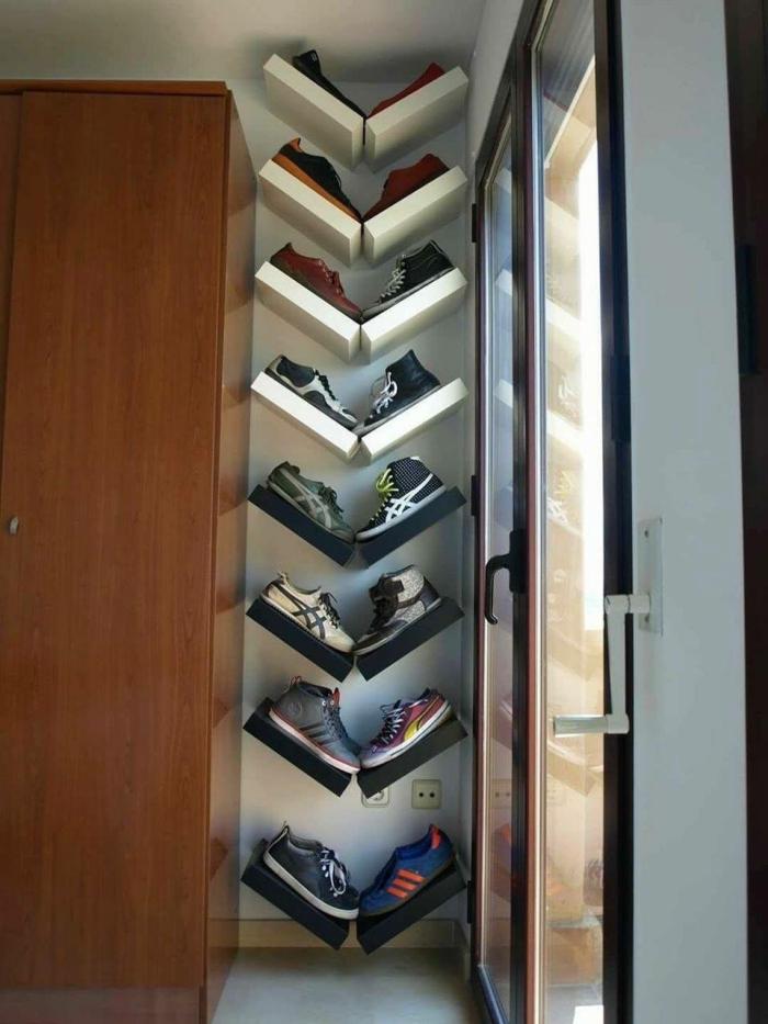 des étagères murales lack de chez ikea détournées en étagères à chaussures placées en v, un ikea meuble chaussure fonctionnel