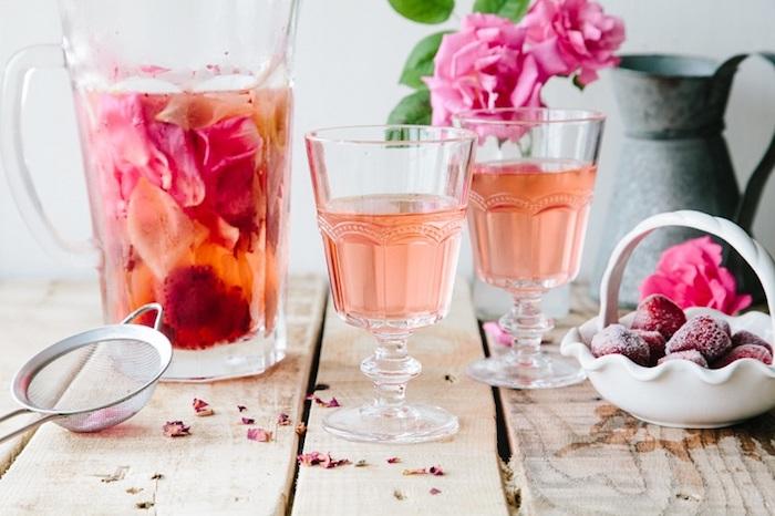 Boisson amincissante avec fleurs rose boisson detox gingembre et fraises boisson detox recette
