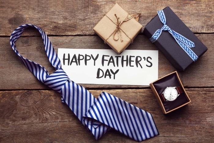 exemple de cadeau fete des peres original, modèle de cravate stylée en bleu rayé dans une boîte élégante noire