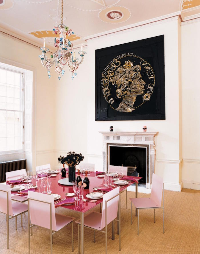 décoration kitsch pour salle a manger avec table rose et chaises roses et tableau noir or