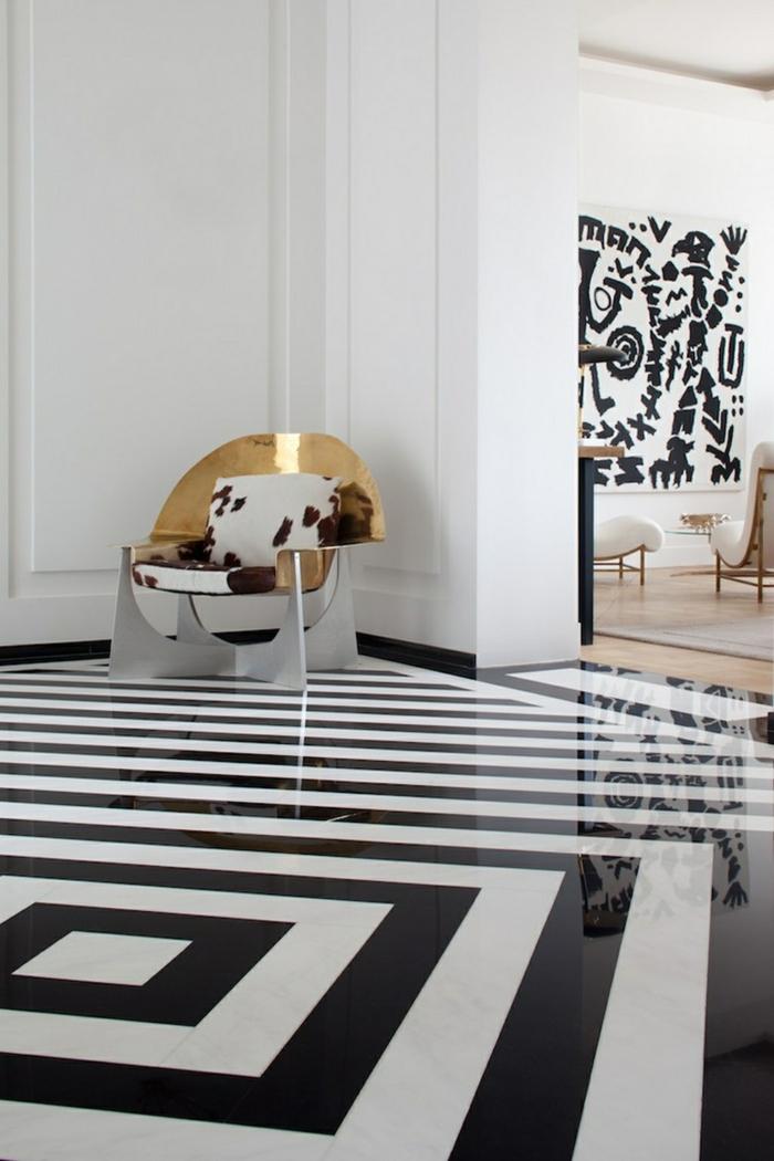 hall d'entrée avec un sol lisse en noir et blanc, jolie chaise métallique, dessins ethniques aux murs