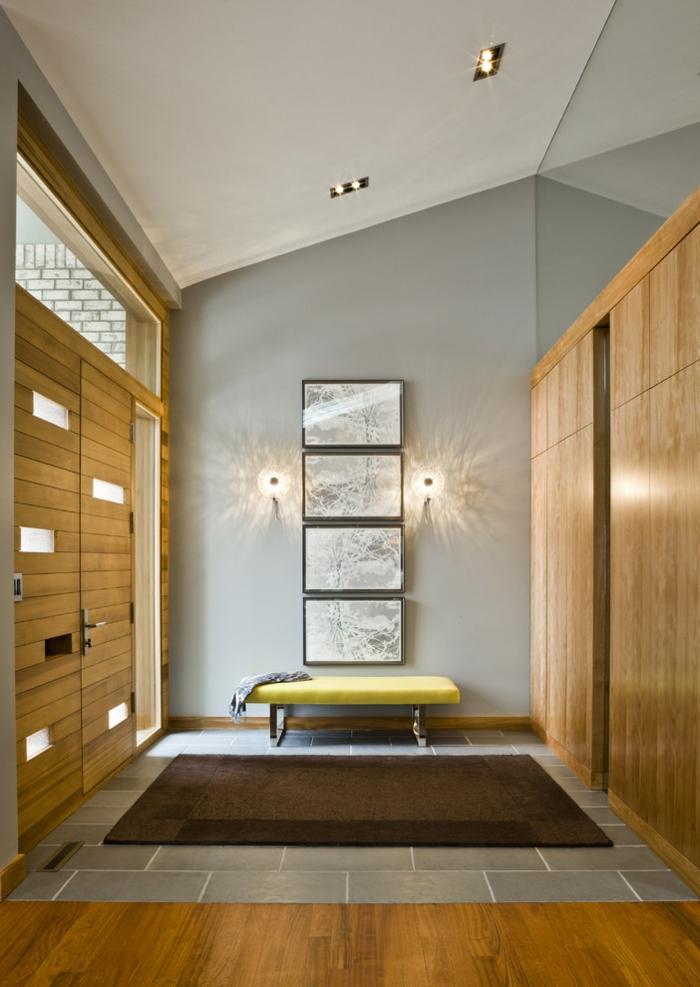 entrée en gris et bois, banquette verte, plusieurs peintures encadrées, armoires en bois