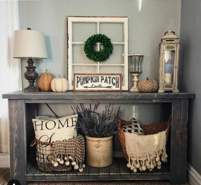 décoration entrée appartement, table console en bois gris, paniers de stockage, petites citrouilles