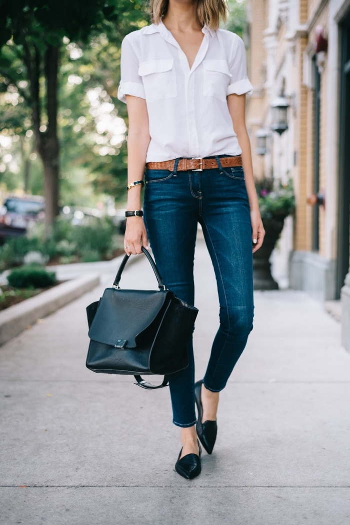 look de style casual smart en jeans foncés avec ceinture marron portés avec chemise blanche et accessoires noirs