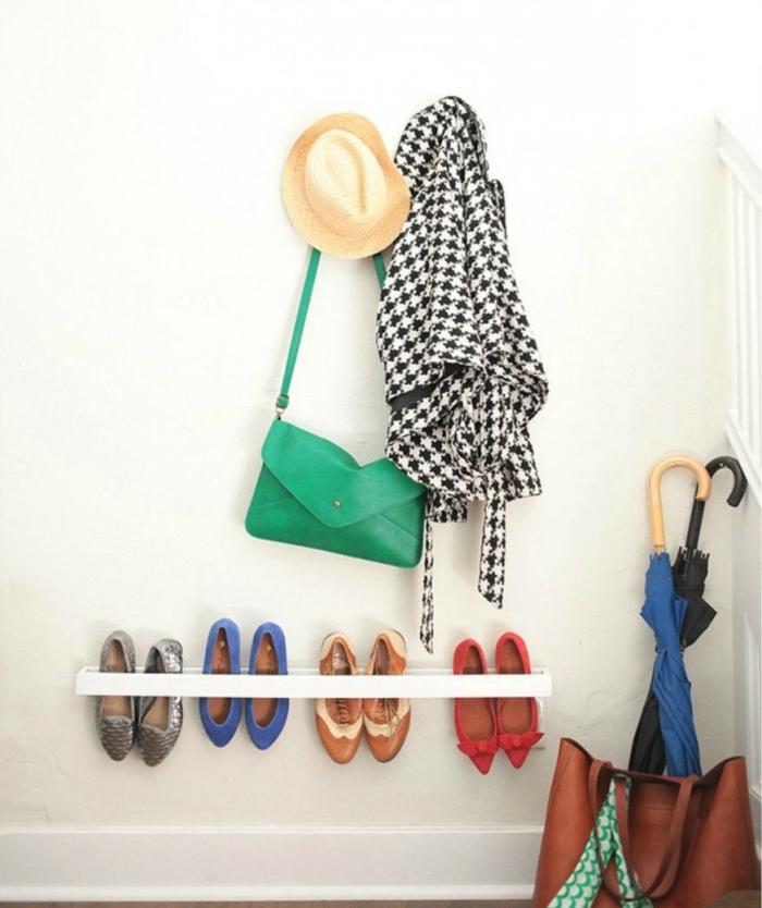 un range-chaussures mural blanc au design minimaliste qui permet de ranger les chaussures en hauteur, idee rangement chaussure ingénieux