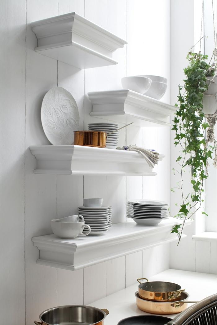 amenagement placard cuisine, idée rangement cuisine, meuble de rangement cuisine, étagères blanches en style baroque, murs blancs