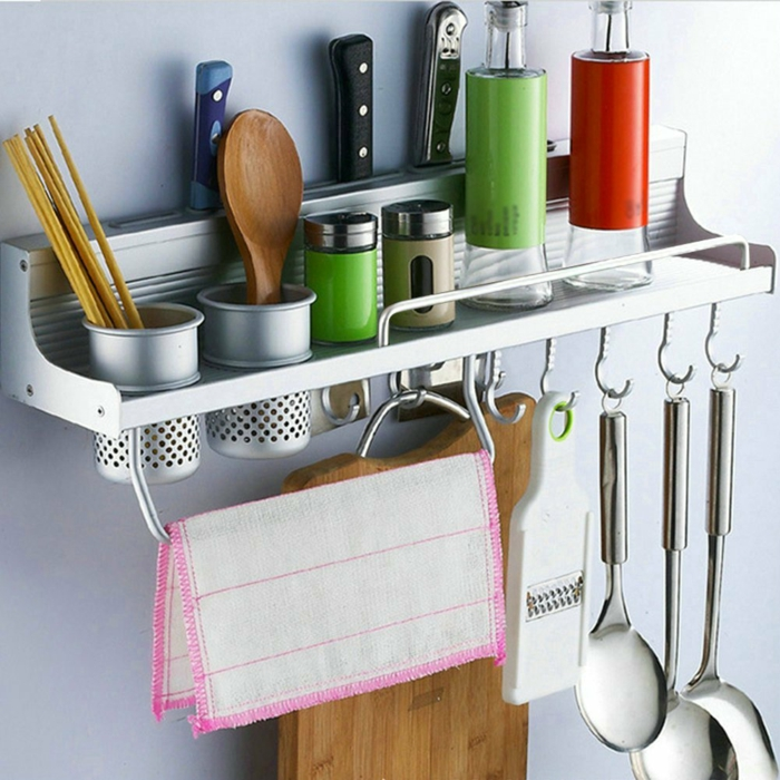 meuble cuisine rangement, idée rangement cuisine, étagère en métal, ustensiles cuisine suspendus, coin fonctionnel, amenagement de placard