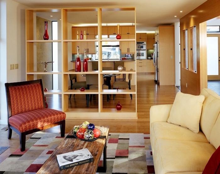grand meuble bibliotheque en bois pour séparer salon et cuisine ouverte