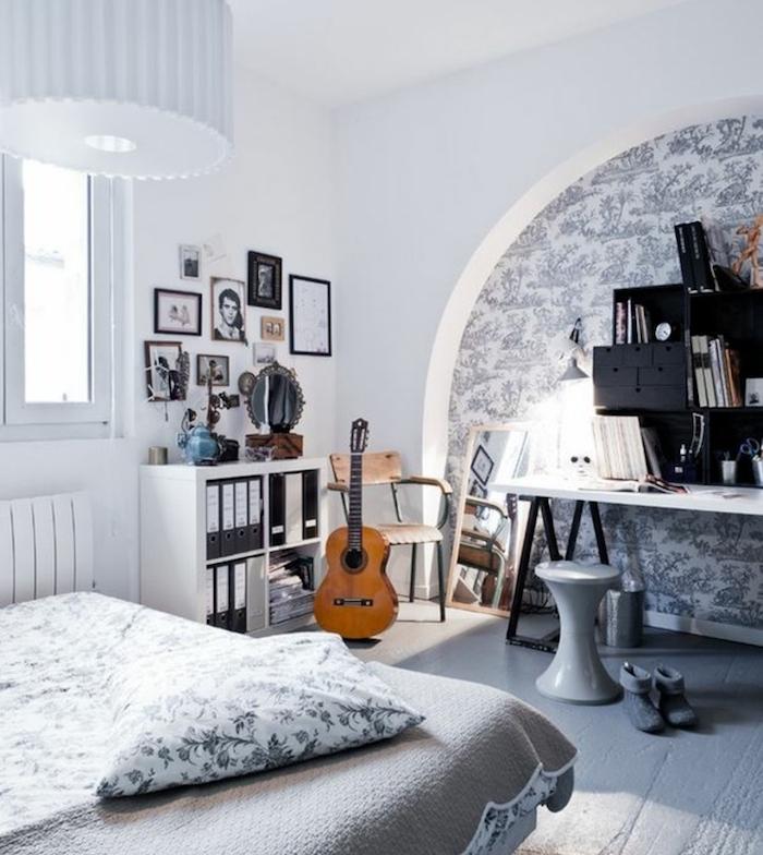 etagere industrielle noire, rangement livres, linge de lit gris et blanc, parquet bois repeint de gris, deco murale de photos, bureau industriel, ouverture baie